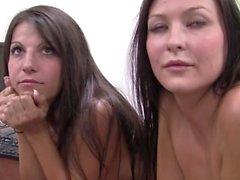 Melanie & Natalee dobram para baixo em um galo