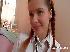 Schoolgirl Klara yuvarlak varlıkları ile oynuyor