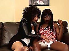 Gorgeous svarta lesbiska fingersättning Vågs