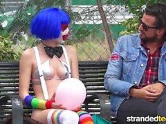 StrandedTeens El payaso sucio entra en un negocio divertido