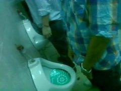 Vakoilla urinal university osapuoli / Espiando baños oma Fiestan Universitaria