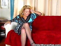Oficina de abuelita en pantimedias le da a su viejo coño un capricho