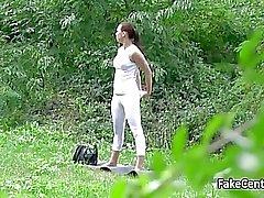 Fake aineen panee sinisilmäisiä brunette julkisen puiston