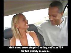 Verbazingwekkende hete babe met blond haar doet blowjob voor afro man in de auto