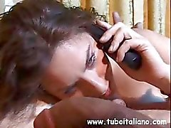 Desordenados chicadees italianos com boa aparência lábios inferiores recebe um tratamento facial pegajoso