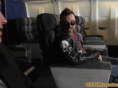 Aeromoça gata cfnm analfucked em avião