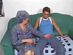 Denna Granny vill ha en ung kuk i hennes röv