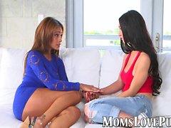 Kinky mamma e adolescenti lesbiche giocano con un giocattolo del sesso sul divano