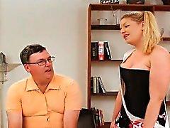 De poule mouillée de David crépu Freak arrimé de une grosse dominatrices tittied