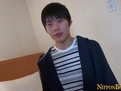 Hung adolescente asiático puxando