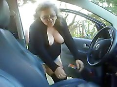 Äldre kvinna jävligt pojke i sin bil