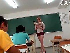 Bir busty bir öğretmen memelerini sergiliyor