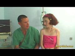 грудастая подросток ударил ее врач