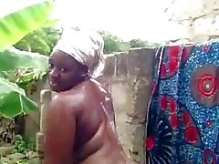 Babe africaine prend une douche