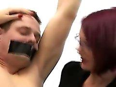 Brittiskt femdom babes förödmjuka Chained amateur CFNM grabb