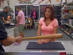 Mulher tetas enormes vender seu bastão de beisebol