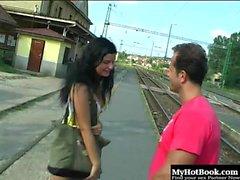 Judy Carmell on ulkona kävelyä pitkin rautatietä ...