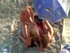 Çıplak sahilde güneşlenirken bazı dört - yollu zina dönüşüyor