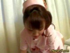 Enfermeira asiática gostosa fica molhado
