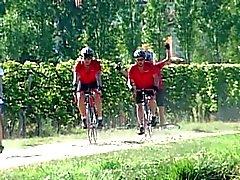 Brunette , Dubbel gepenetreerd door 2 fietsers Outdoors