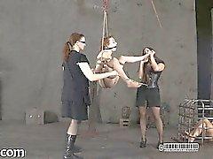 Återhållsam gal skulle hissas fram för her tortyr