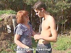 Horny marchands Farm Boy baise Un roux vue en extérieur Mature