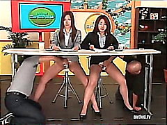 Newsreaders giapponesi Ayumu Sena e di Fuuka Minase Squirting in diretta tv .