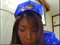 Flirty japanische Brünette in Latex geben einen sanften Blowjob bis sie eine Gesichtsbehandlung bekommt