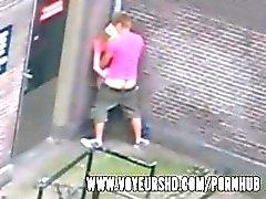 Guardoni preso sex sotto il suo balcone