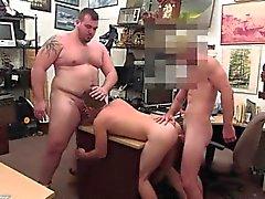 Gay docce pedone di Guy termina in su con retto allacciamento threesom