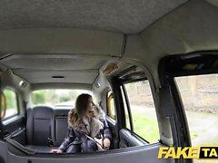 Fake Taxi agradable buscando rubia llantas y folla