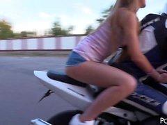 La novia de motorista impresionante Alexis Crystal goza de una grasa