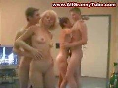 2 mères matures et 2 garçons baisant dans la piscine