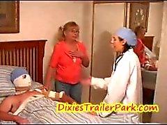 Dr. Hayden ve kapalı anne! Işedi / O Dick doktor ve yakalanır!