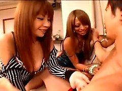 Bodacious Oriental babe tarttuu kovaa suutua hänen iso