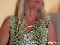 MOM Hot blonde Milf fucks sexig rengörare