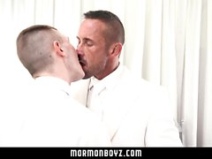 MormonBoyz - Хунг-мускулистый папочка обнажает свою твинку