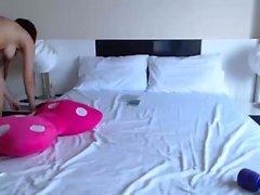 Impressionante striptease gata ruiva e brincando na câmara web