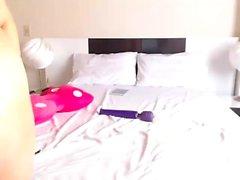 Bedövning rödhårig babe striptease och leka på webbkamera