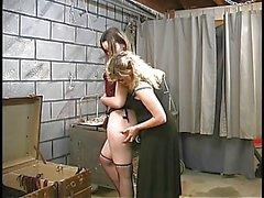 Twee schattige kelder bdsm lesbiennes maken uit en opstaan gestrikt door meester Len