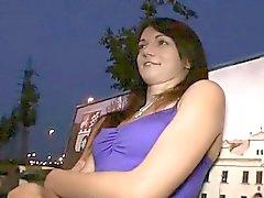 Hot brunette girl tarte à la crème dans un parc public de nuit