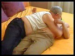 Abuelo seduce a joven dulce niño