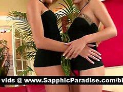 Потрясающая блондинка Остров Лесбос поцелуи и раздеваться а обладающие лесбо секс