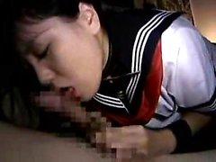 Asiatiskt tonårs i en sjömanskostym får fingered och blåser framför