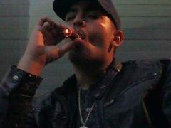 Tupakointi Macanudo Maduro sikari nahkapukuhattu Sateinen Las Vegas yö