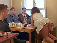 De Moden Kvinde y 6 de Unge de Fyre - 4 ( Dinamarca Titulo )