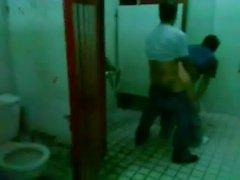 Verdammte in einer öffentlichen Bad