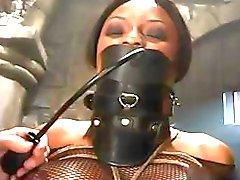 Busty ebony krijgt vastgebonden en gemarteld in deze hete BDSM clip