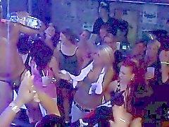 O sexo em grupo do rissol do natureza no clube de noite
