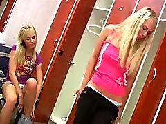 Ungdomar lesbians har glädje över locker room